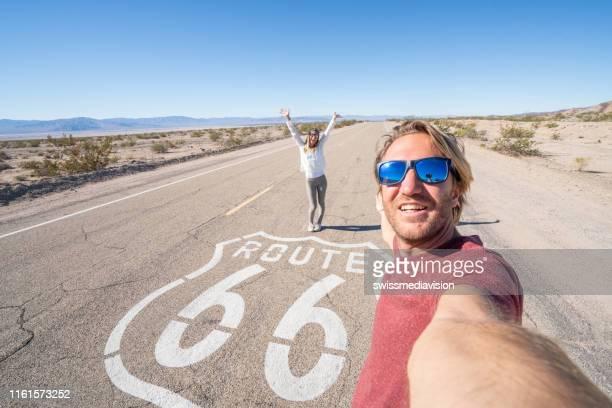reisepaar beim selfie auf der route 66 - route 66 stock-fotos und bilder