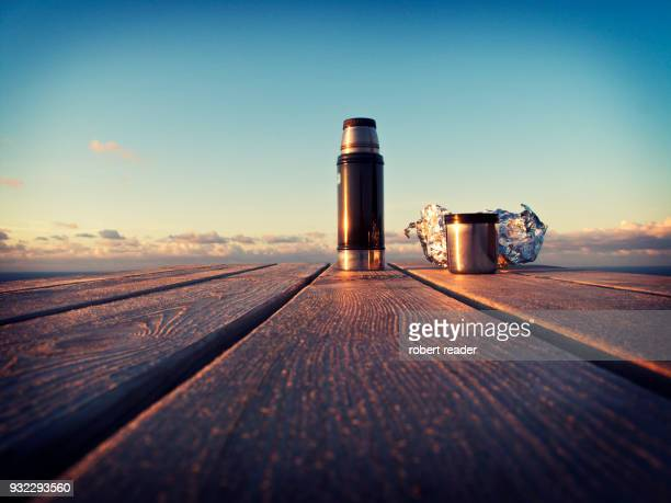 travel flask and cup on wooden bench - banco asiento fotografías e imágenes de stock