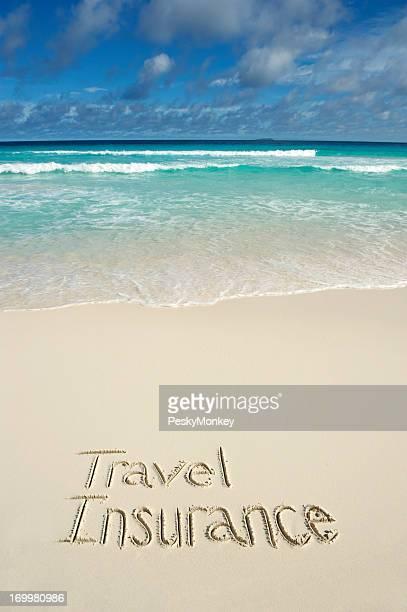 Reiseversicherung Nachricht geschrieben in hellen, tropischen Strand
