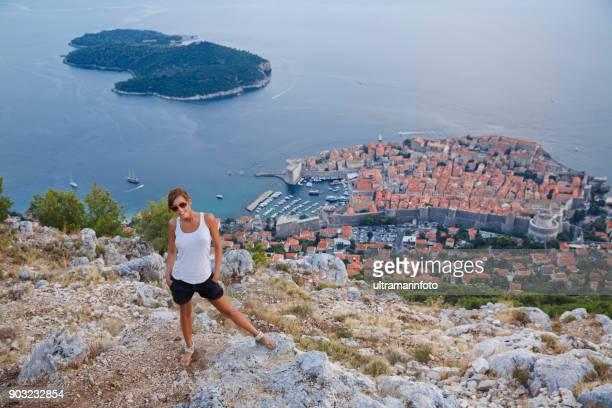 場所地中海ドブロブニクを旅行します。  若い女性が休日を楽しんで - ベルフォール ストックフォトと画像