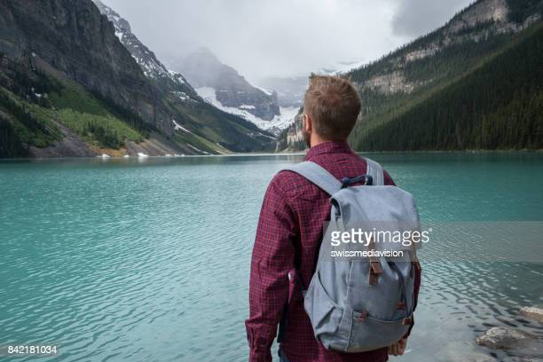 Reizen man zoekt op lake berglandschap