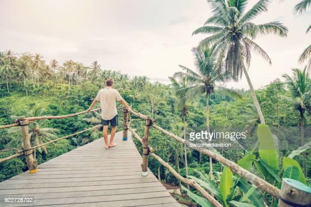 Reisen-Mann Regenwald Blick von Terrasse, Bali