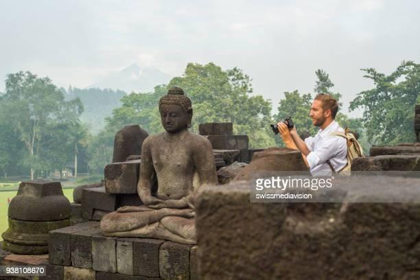 Reise-Fotograf-Mann macht Fotos von Borobudur-Tempel, Indonesien
