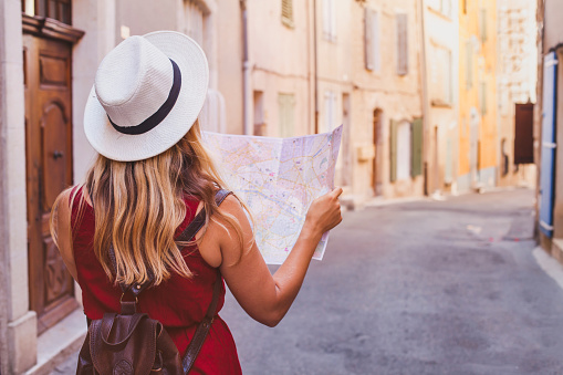 travel to Europe, tourist looking at map on the street, summer holidays 1020217050
