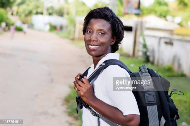 travel, tourism - smiling young woman with backpack ready to hit the road. - femme ivoirienne photos et images de collection