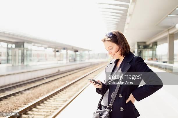reisen mit smartphone im railway station - einzelne frau über 30 stock-fotos und bilder