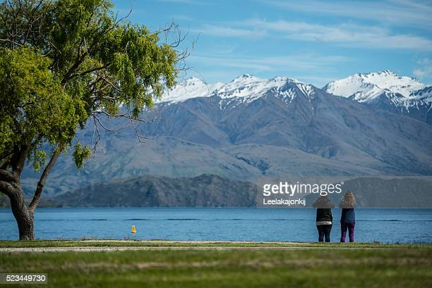traveler at lake wanaka. - new zealand stockfoto's en -beelden