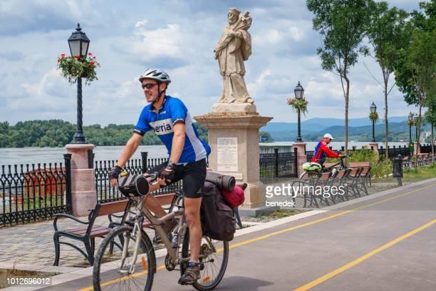 Reiziger fietsen langs de Donau in Vac Hongarije