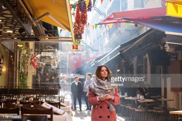 reiziger het verkennen van istanbul - istanbul stockfoto's en -beelden