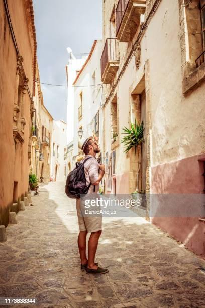 viajero que explora la ciudad - ciudades capitales fotografías e imágenes de stock
