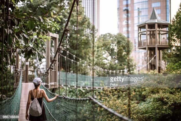 reisenden mädchen sightseeing regenwald in malaysia - malaysia stock-fotos und bilder