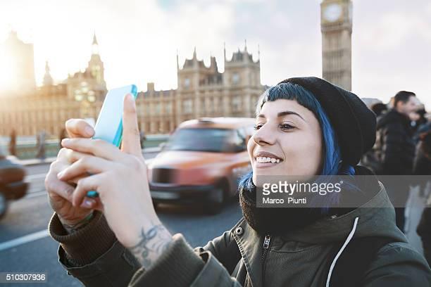 Chica con teléfono inteligente viajero