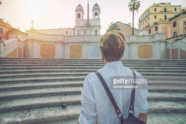 traveler male contemplating piazza di spagna in rome, italy - solo un uomo foto e immagini stock