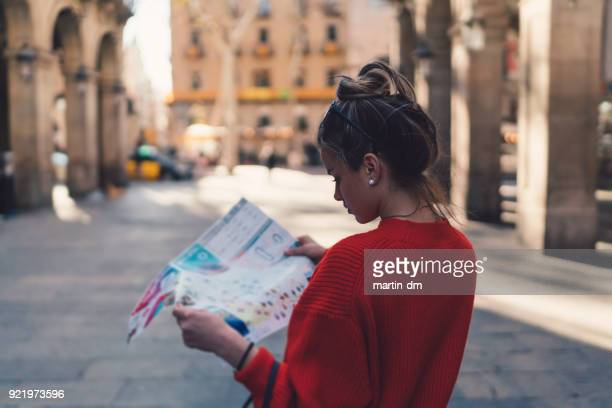 traveler reading a map in barcelona - madrid foto e immagini stock