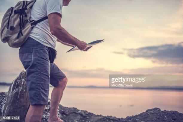 Voyageur debout sur une falaise près de la mer