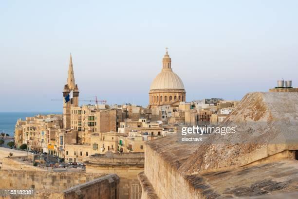 彼の携帯電話で写真を撮る旅行者 - マルタ島 ストックフォトと画像