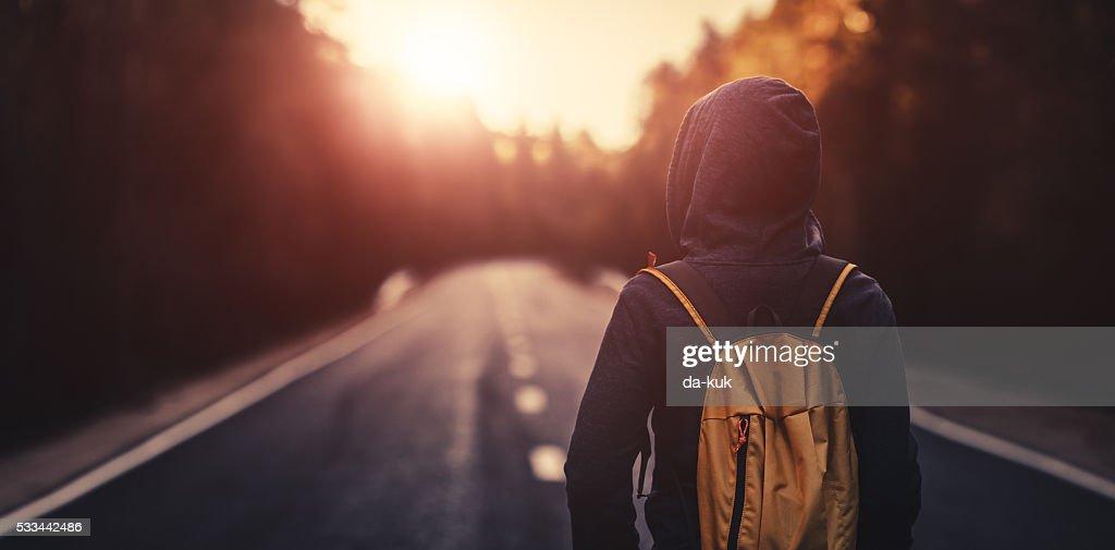 Allein reisende zu Fuß vorwärts während dem Sonnenuntergang : Stock-Foto