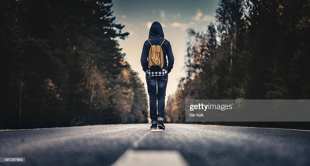 Reisende mit Rucksack zu Fuß nach vorn : Stock-Foto