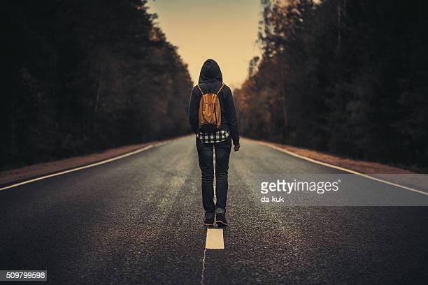 Reisende mit Rucksack zu Fuß nach vorn