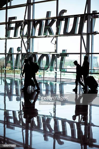 Reisende, die am Flughafen Frankfurt