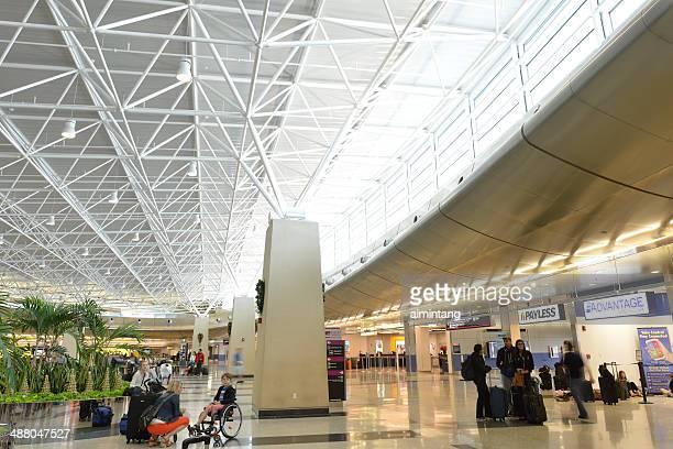 los viajeros del aeropuerto internacional de miami - aeropuerto internacional de miami fotografías e imágenes de stock