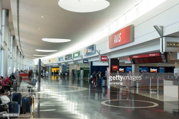 viajantes no carro alugado centro de seattle-tacoma international aeroporto - aluguel de carro - fotografias e filmes do acervo