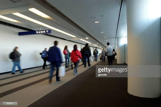Los viajeros en dirección a la aduana