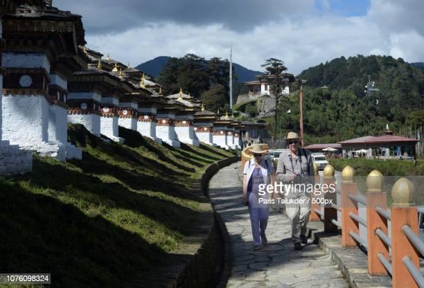 travelers in dochula pass, bhutan - dochula pass stock-fotos und bilder