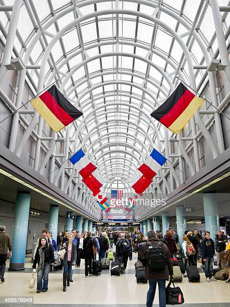 travelers moving through ord - ohare airport stock pictures, royalty-free photos & images