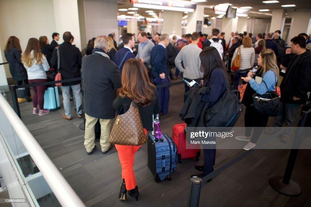 Philadelphia Airport TSA And Airport Workers Rally Against Gov't Shutdown Amid Large Air Traffic Delay Across Northeast : Nachrichtenfoto
