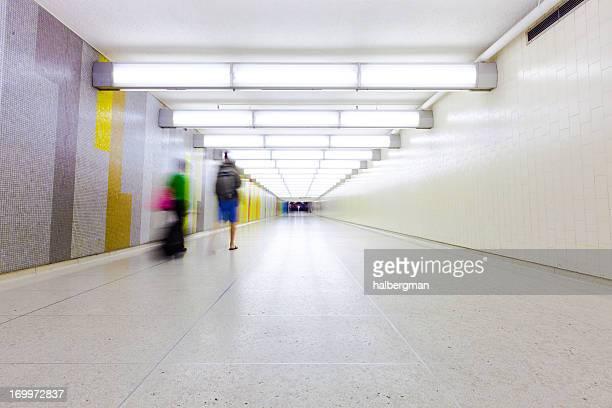 Les voyageurs de marcher dans le couloir à l'aéroport
