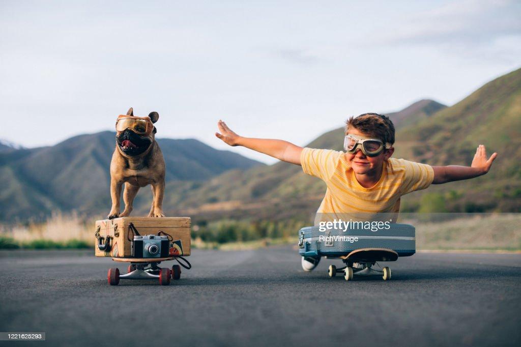 Traveling Boy und sein Hund : Stock-Foto