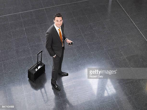 旅行中に佇むビジネスマンオフィスのロビー
