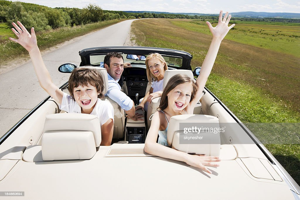 Viajando família dirigindo em conversível carro. : Foto de stock