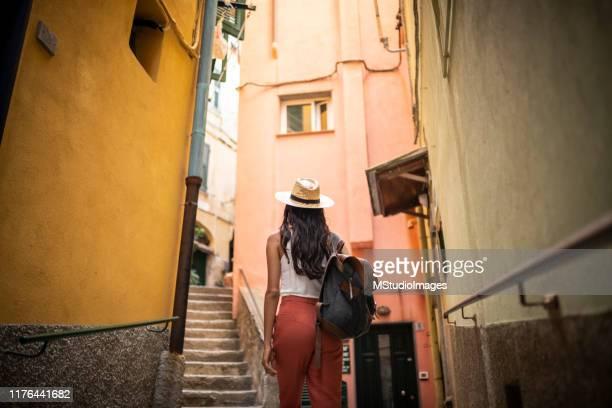 viaggiare in italia. - cittadina foto e immagini stock