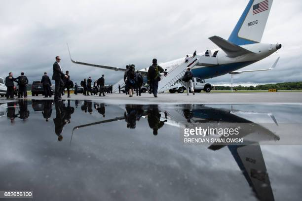 Traveling press and White House staff board Air Force One at Lynchburg Regional Airport May 13, 2017 in Lynchburg, Virginia. / AFP PHOTO / Brendan...