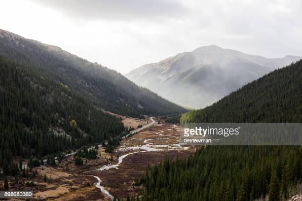 traveling road trip across the rocky mountains colorado - le quattro stagioni foto e immagini stock