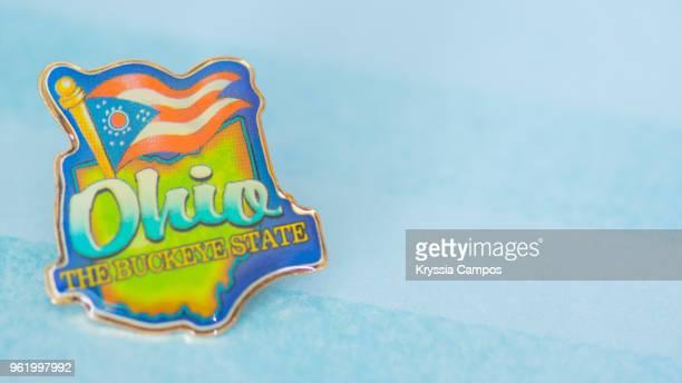 traveling souvenir: pin brooch from ohio - brooch stock-fotos und bilder