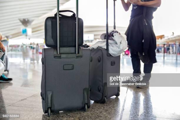 traveling. unrecognisable man with baggage in an airport. - cambio horario fotografías e imágenes de stock