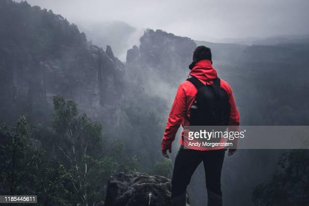 traveller at schrammsteine in saxon switzerland - 生存 ストックフォトと画像
