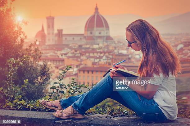 traveller in florence - authors stockfoto's en -beelden