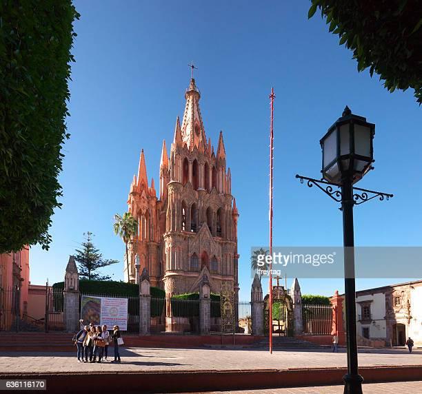 travellers at cathedral, san miguel de allende, mexico - san miguel de allende fotografías e imágenes de stock