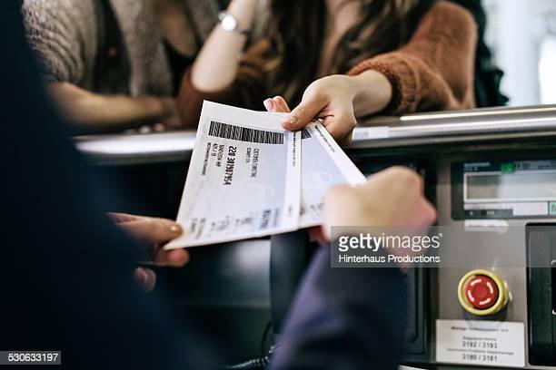 travellers getting boarding passes at check-in - turismo urbano - fotografias e filmes do acervo
