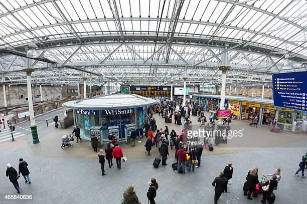 les voyageurs à l'intérieur de la gare edinburgh waverley, - theasis photos et images de collection