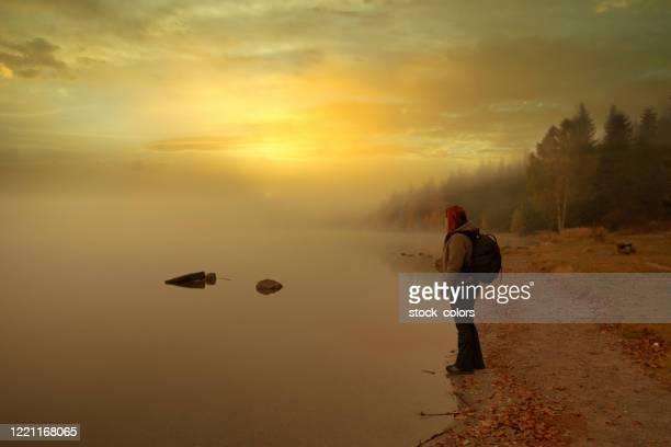 viaggiare in romania sul lago - bicolore colore foto e immagini stock
