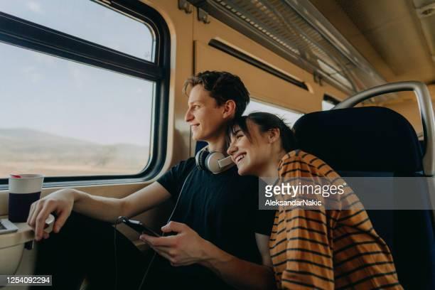 samen reizen - trein stockfoto's en -beelden