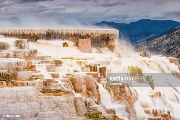 石灰華の段丘イエローストーン国立公園のマンモス温泉で - トラバーチン ストックフォトと画像