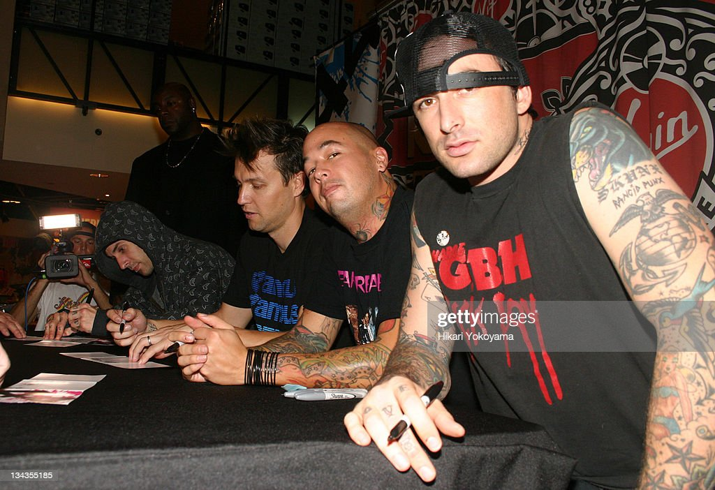 +44 Signing of  When Your Heart Stops Beating - November 16, 2006 : News Photo