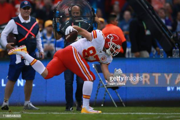 Travis Kelce of the Kansas City Chiefs runs with the ball during the game between the Kansas City Chiefs and the Los Angeles Chargers at Estadio...
