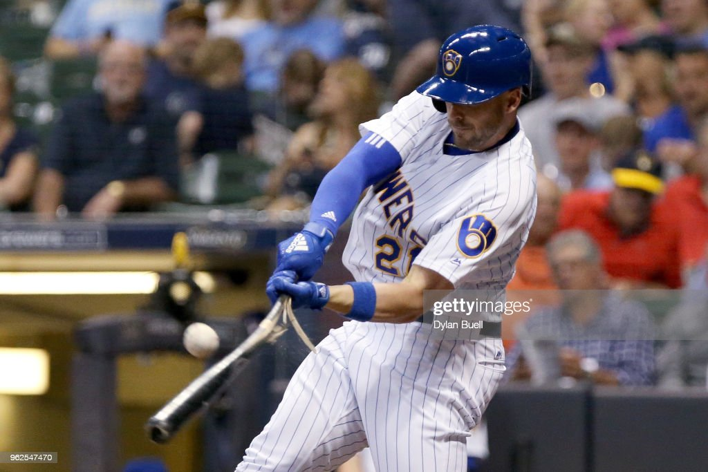 Travis Shaw #21 of the Milwaukee Brewers breaks his bat on a foul ball in the sixth inning against the New York Mets at Miller Park on May 25, 2018 in Milwaukee, Wisconsin.
